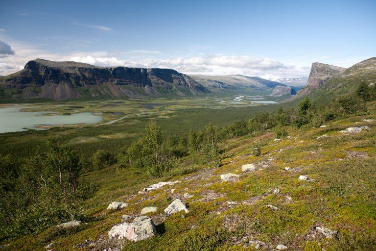 Skandinavien Scandinavia Schweden Sweden Sarek Nationalpark Blick von Aktse zum Skierfe und in das Rapadalen mit dem Berg Nammatj