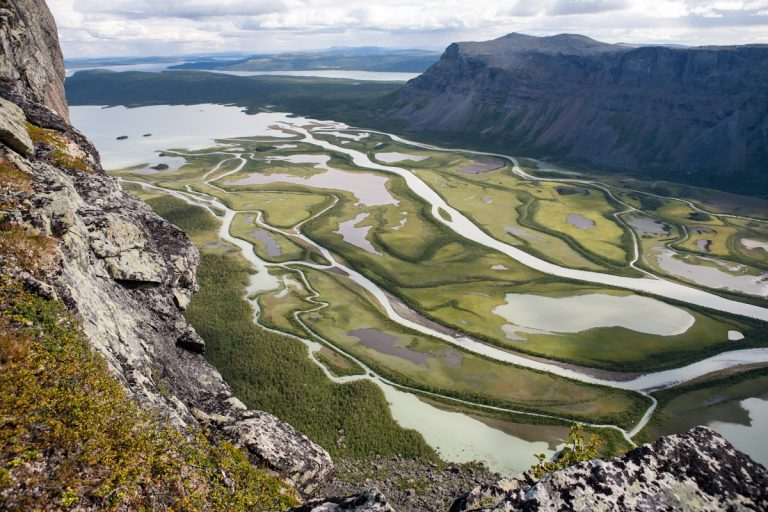 Skandinavien Scandinavia Schweden Sweden Sarek Nationalpark Blick vom Berg Skierfe in das Rapadalen und zum See Laitaure