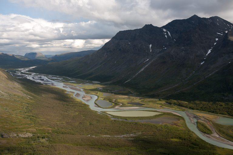Skandinavien Scandinavia Schweden Sweden Sarek Nationalpark Wanderung Blick vom Laddebakte zum Rapaselet und Rahpajavrre