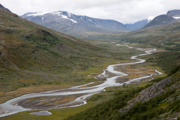 Skandinavien Scandinavia Schweden Sweden Sarek Nationalpark Wanderung Blick vom Spökstenen in das Tal des Rahpajåhkå