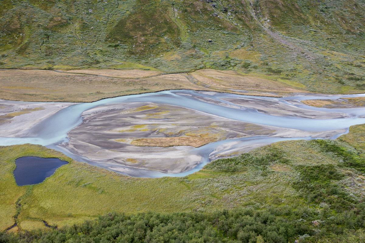 Skandinavien Scandinavia Schweden Sweden Sarek Nationalpark Wanderung Blick vom Sjielmagiedde auf den Fluss Fluß Rahpajåhkå