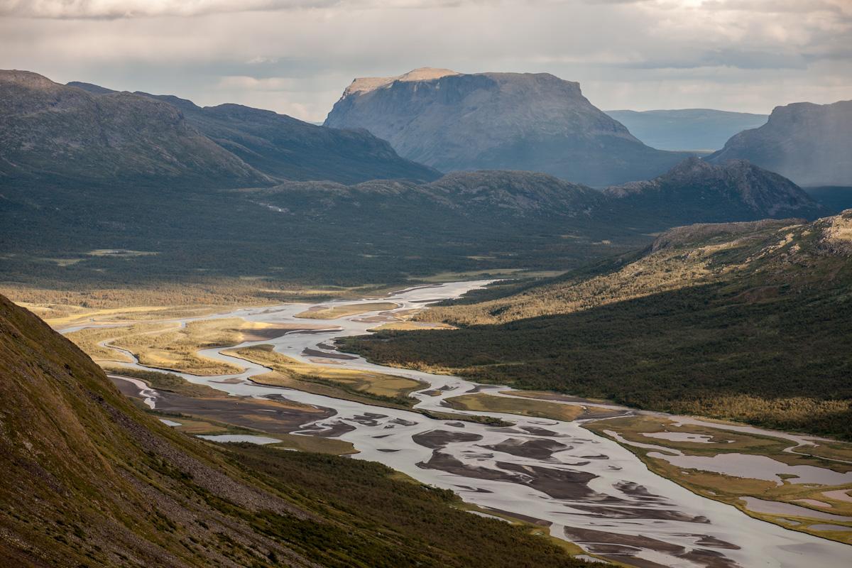 Skandinavien Scandinavia Schweden Sweden Sarek Nationalpark Wanderung Blick vom Spökstenen Fluss Rahpajåhkå Tal Sarvesvágge